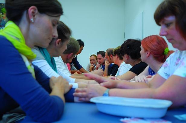 ドイツ人の受講者同士で日本の鍼を打ち合う様子の写真