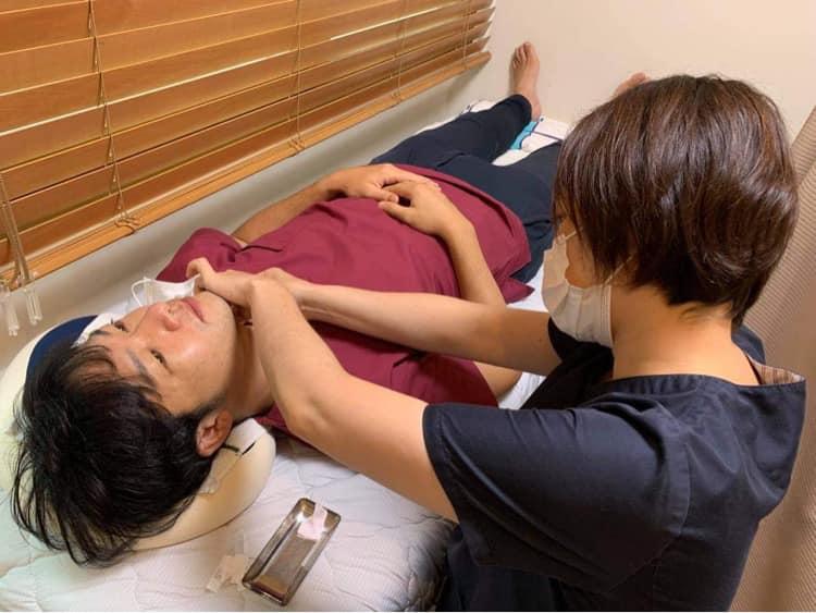 咳症状に対して喉に鍼をする様子